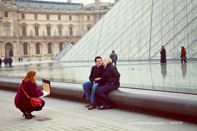 artist drawing couple at Pyramid of Louvre