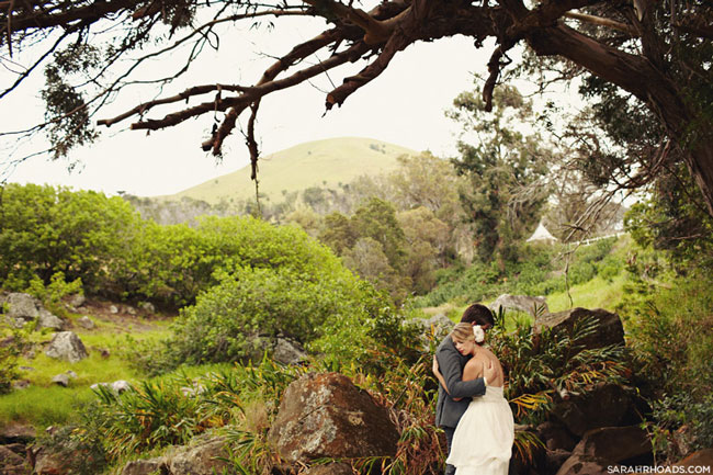 Bride and groom hug in beautiful Kona outdoor setting