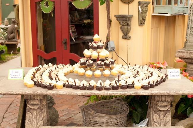 cupcake mountain set stone table