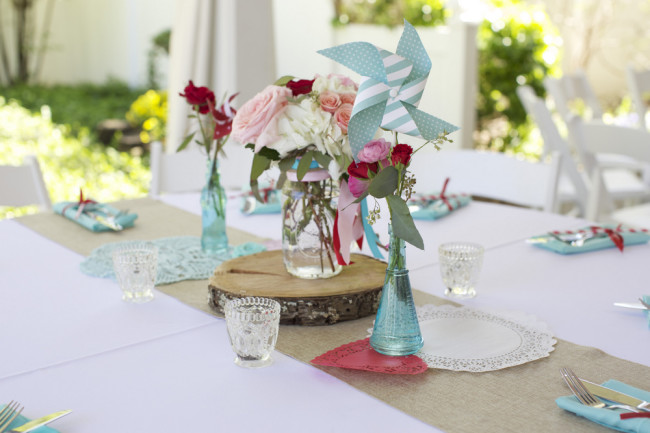 roses on wood slice with pinwheel table decor