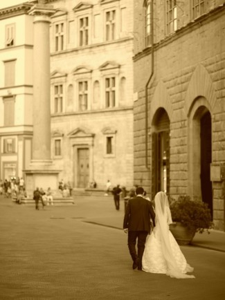 Black and white photo of bride and groom walking the streets of florence