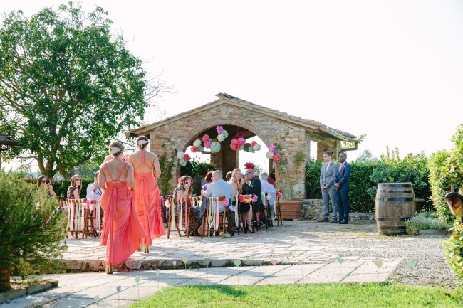 Outdoor wedding in Tuscany with bright colors paper pompoms