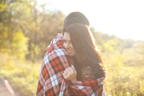 Engagement shoot with plaid blanket captured by Meely Photographer