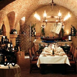 cave de vinhos table