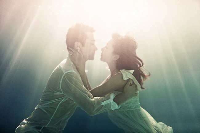 artistic kiss under water