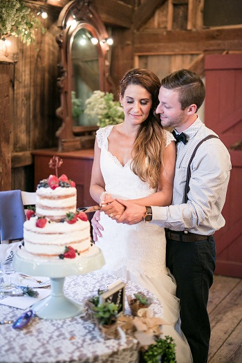 Bride and groom cutting a naked cake captured by dp photo