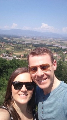 Bloggers in Italy wearing the best portable sunglasses by Ray-Ban