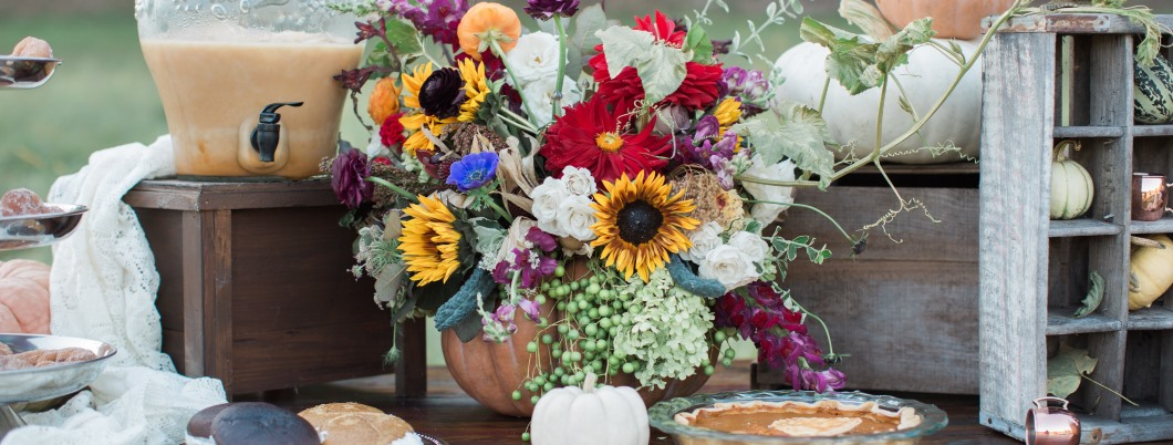 bouquet-pumpkins-and-decor-on-vintage-dessert-table