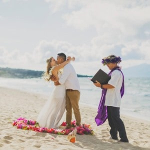 hawaiian-wedding-officiant-on-beach-in-maui