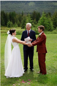 wedding-officiant-with-couple-outdoors-at-mountain-resort