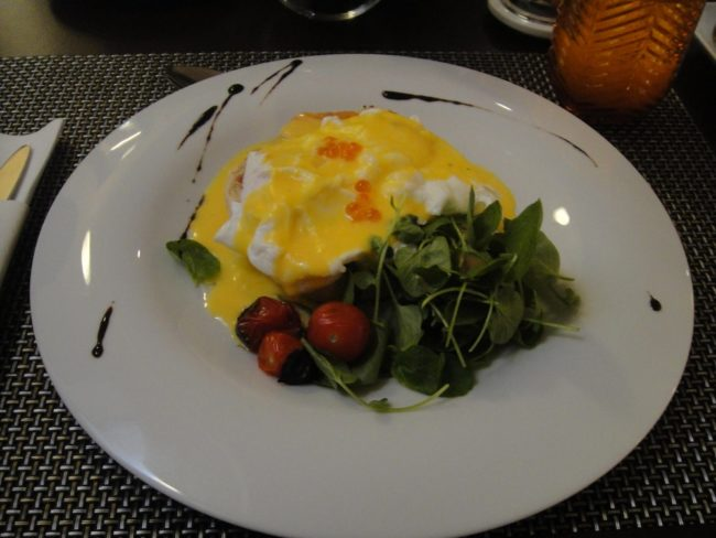 eggs benedict at Santiago de Alfama