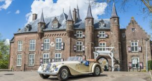 couple in vintage roadster at Kasteel Maurick