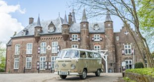 vintage VW in front of Kasteel Maurick