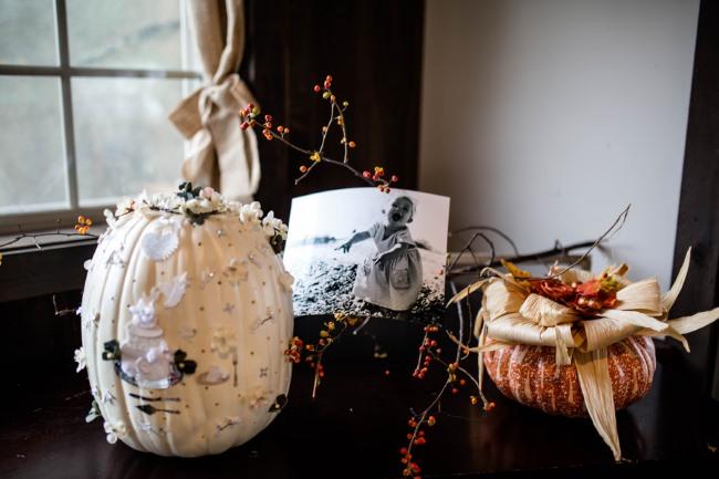 white pumpkin and sparkly pumpkin decor