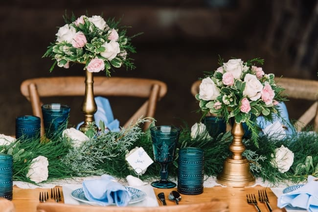 pink roses and blue tablescape